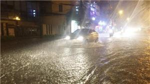 Mưa lớn gây ngập nhiều tuyến đường ở Hà Nội