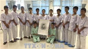 Đội bóng nhí Thái Lan và huấn luyện viên xuất hiện tại cuộc họp báo