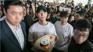 Jung Hae In đội nón lá, hạnh phúc trong vòng vây fan Việt