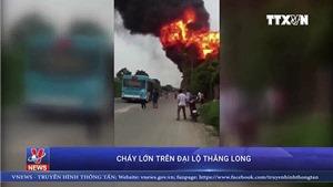 Video cháy lớn tại khu nhà xưởng sơn và chế biến gỗ giáp Đại lộ Thăng Long, Hà Nội