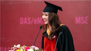 Bố mẹ và con trai chúc mừng Á hậu Thụy Vân lấy bằng Thạc sĩ MBA
