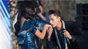 Issac bất ngờ hôn tay Hoa hậu Trần Tiểu Vy tại sự kiện