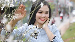 Lương Nguyệt Anh rạng rỡ bên hoa đào trắng chiều cuối năm