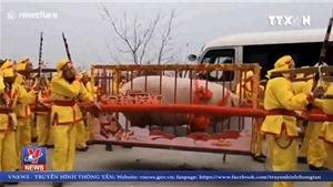 Trao giải 'vua lợn' nặng 900kg, 9 người khiêng