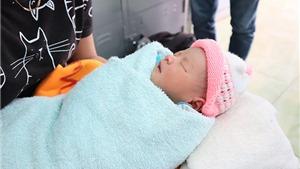 VIDEO: Tìm cha mẹ bé sơ sinh bị bỏ rơi trước cổng chùa