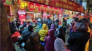 Bất chấp mưa rét, người dân Hà Nội xếp hàng mua vàng ngày Vía Thần Tài