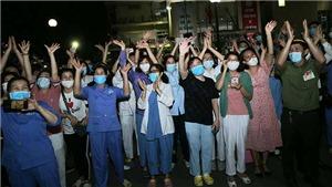 Xúc động trước hình ảnh chính thức dỡ bỏ cách ly Bệnh viện Bạch Mai
