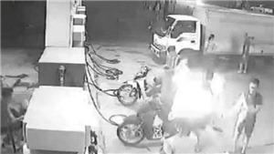 Hà Nội: Xử phạt nhóm thanh niên hút thuốc gây cháy tại cây xăng