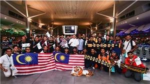 CĐV Malaysia cổ vũ ngay trên máy bay, sẵn sàng 'tiếp lửa' ở Mỹ Đình