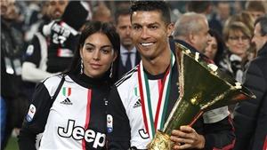 Ronaldo để cúp vô địch đập vào mặt con trai, va vào người bạn gái khi ăn mừng Scudetto