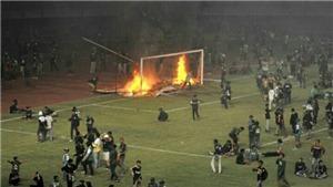 CĐV Indonesia đốt sân, suýt đánh cầu thủ, tự sướng ngay trước khung thành cháy