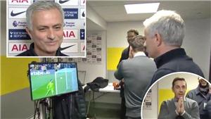 Gary Neville làm gián đoạn phỏng vấn Mourinho sau sai lầm của De Gea