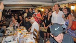 HLV Mancini ăn mừng chức vô địch EURO với CĐV trong quán pizza
