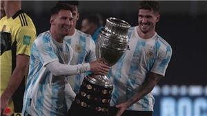 Messi bật khóc nức nở khi khoe cúp Copa America trước CĐV nhà