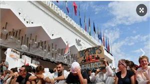 Hàng trăm người biểu tình 'xâm chiếm' thảm đỏ Venice