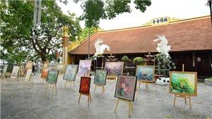 Tặng 108 bức tranh sen cho cộng đồng trong dịp Phật đản