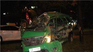 Container đâm nát taxi 7 chỗ khiến tài xế tử vong