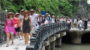 Nắng nóng, hàng nghìn lượt người đổ xô tắm biển Quy Nhơn