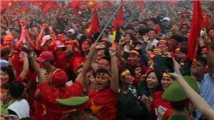VIDEO: Người Hà Nội đội mưa ăn mừng U23 Việt Nam 'vô địch trong triệu trái tim'