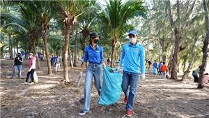 Hoa hậu H'Hen Niê nhặt rác cùng thanh niên tại đảo Phú Quý