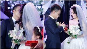 Khắc Việt hôn vợ say đắm trong ngày cưới
