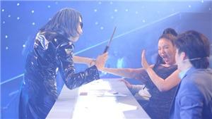 Xem 'Ảo thuật siêu phàm' tập 7: Bị 'ma cà rồng' cầm dao đòi lấy máu, Lý Nhã Kỳ hoảng sợ la hét và chạy khỏi 'ghế nóng'
