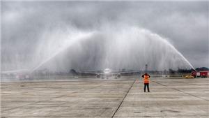 VIDEO: Tại sao xe cứu hỏa phun vòi rồng vào chuyên cơ chở U23 Việt Nam khi vừa hạ cánh?