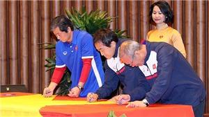 VIDEO: HLV Park Hang Seo và các cầu thủ U23 cùng ký tên lên Quốc kỳ khổng lồ ở Lũng Cú