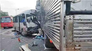 Xe khách lấn trái đường đâm trực diện xe tải, 18 người bị thương