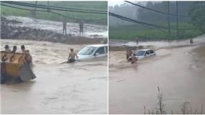 VIDEO: Giải cứu bất thành ô tô bị chết máy khi cố vượt cơn lũ dữ