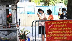 Chùm ảnh: Sĩ tử Hà Nội cầu may trước ngày thi tốt nghiệp THPT vẫn phải tuân thủ 5K