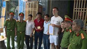VIDEO Vụ cháy nhà nghỉ ở Đà Nẵng: Du khách cứu 2 cháu bé được tặng giấy khen nói gì?