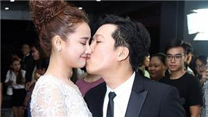 VIDEO: Trường Giang cầu hôn Nhã Phương làm 'loạn' khán phòng Lễ trao giải Mai Vàng