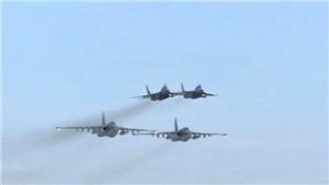 VIDEO: Máy bay ném bom Su-25 Nga vượt mưa lửa của phiến quân Syria