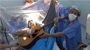 VIDEO: Bệnh nhân thoăn thoắt gảy đàn, nhắn tin điện thoại khi đang phẫu thuật não