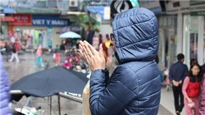 Người dân Hà Nội trùm áo mưa, co ro ra đường trong đợt rét đậm đầu mùa