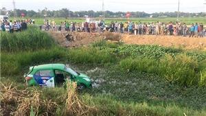 Tàu hỏa húc văng xe taxi làm 5 người thương vong