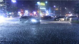 Hà Nội mưa lớn gây ngập cục bộ trên nhiều tuyến phố