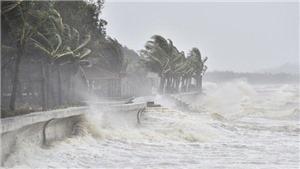 Áp thấp nhiệt đới gây mưa lớn trên đất liền và gió giật mạnh ở biển