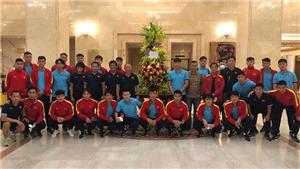 Chủ tịch nước CHXHCN Việt Nam Nguyễn Xuân Phúc gửi hoa và động viên tuyển Việt Nam
