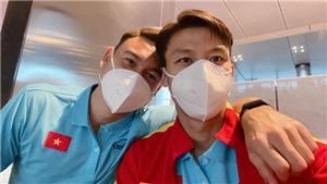 Văn Lâm tặng áo cho 'fan đặc biệt' ở tuyển Việt Nam