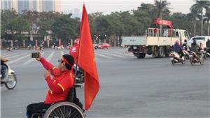 CĐV ngồi xe lăn vượt gần 50km đến Mỹ Đình xem tuyển Việt Nam đá giao hữu