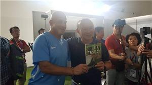 Ngưỡng mộ ông Park, một HLV người Tây Ban Nha đến tận nơi để tặng quà