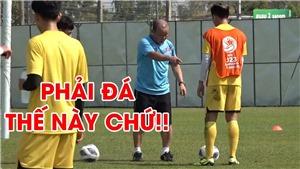 HLV Park Hang Seo đội nắng dạy học trò U23 Việt Nam tỉ mỉ trong bài đá đối kháng