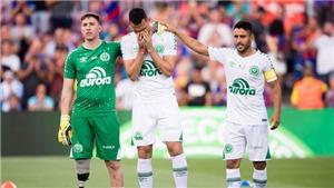 Xúc động hình ảnh thủ môn cụt chân của Chapecoense giao bóng trong trận đấu với Barcelona
