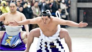 'Tặng' chai bia vào đầu đàn em, huyền thoại Sumo Nhật Bản giải nghệ sớm