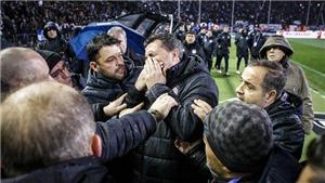HLV Olympiakos nhập viện vì... giấy vệ sinh, bị cáo buộc ăn vạ để kiếm 3 điểm
