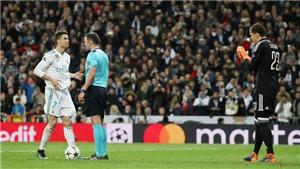 Ronaldo hành động chuyên nghiệp và cực điềm tĩnh trước khi sút penalty vào lưới Juventus