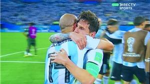 CHÙM ẢNH: Messi vui sướng để Rojo 'cõng', gục đầu vào vai Mascherano bật khóc