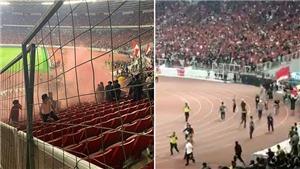 CĐV Việt Nam chú ý: Ẩu đả kinh hoàng trận Indonesia vs Malaysia, cầu thủ rời sân bằng xe bọc thép